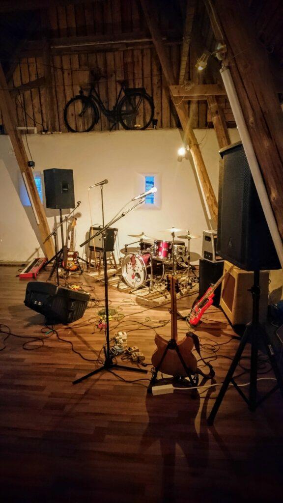 Bandet har lämnat sina instrument i hörnet av dansgolvet